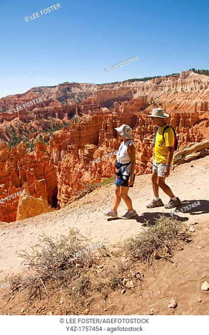 USA, Utah, couple hiking in morning light at Sunrise Point in Bryce Canyon National Park