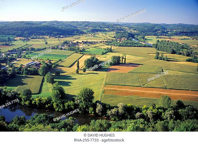 View from Bastide town of Domme across the River Dordogne, Dordogne, Aquitaine, France, Europe