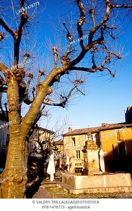 The picturesque perched village of Gordes, Vaucluse, Luberon, Provence-Alpes-Côte d'Azur, France