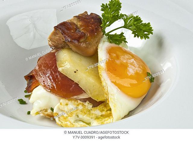 Hígado de pato a la plancha con huevos fritos, patata y jamon