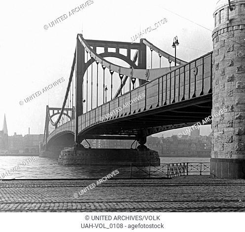 Blick von Deutz auf die Hindenburgbrücke in Richtung Stadt Köln mit den Schienen der Rheinbahn, Deutschland 1920er Jahre