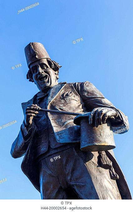 Wales, Glamorgon, Caerphilly, Statue of Comedian and Magician Tommy Cooper