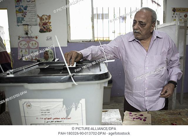 dpatop - Egyptian man casts his vote on the first day of the 2018 Egyptian presidential elections, at a polling station, in Cairo, Egypt, 26 March 2018