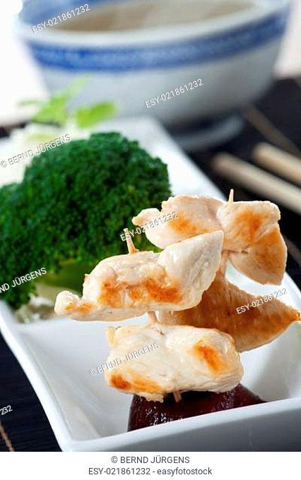 gegrilltes Hühnerfleisch am Spieß mit Stäbchen