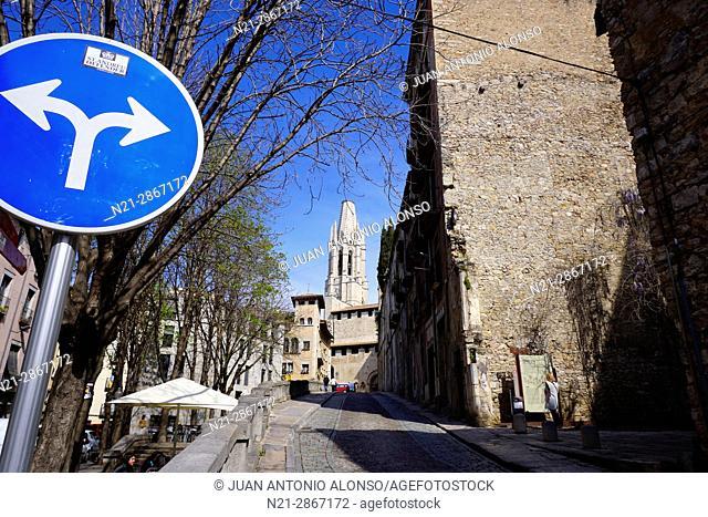 Pujada de Sant Feliu, a street leading to Sant Feliu Church, which can be seen in the background. Girona, Catalonia, Spain, Europe