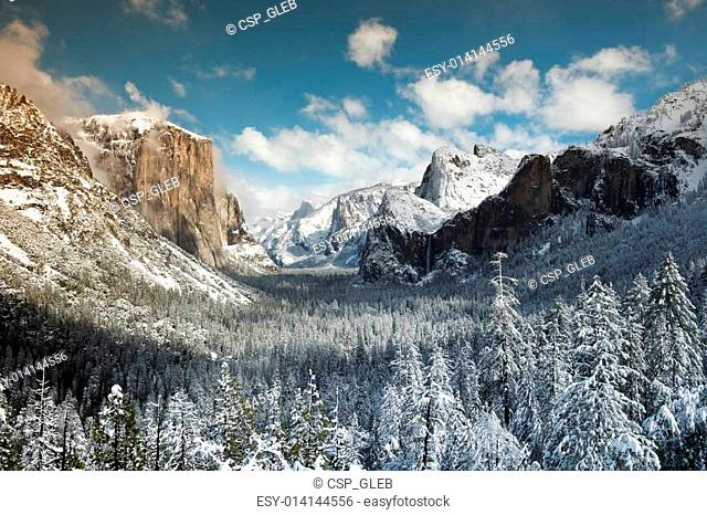 Yosemite valley from Tunnel View at winter