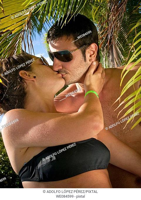 pareja besándose en Punta Cana, República Dominicana