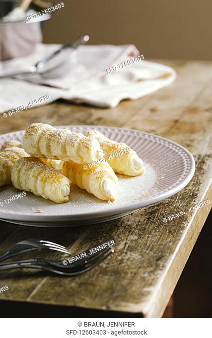 Foam rolls with cream and icing sugar