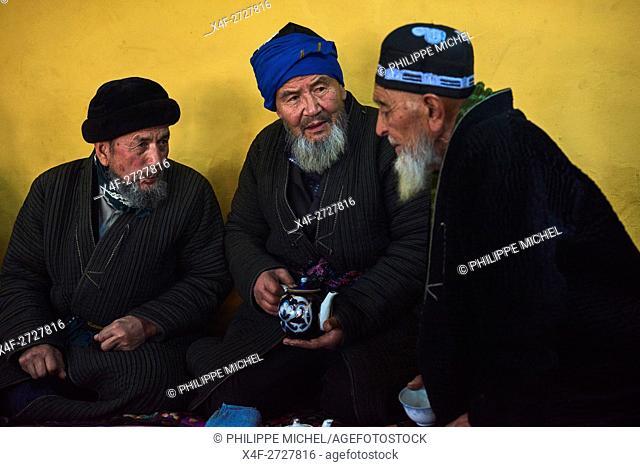 Uzbekistan, Fergana region, Kokand, Uzbek man in a Tchaikhana, traditional tea house