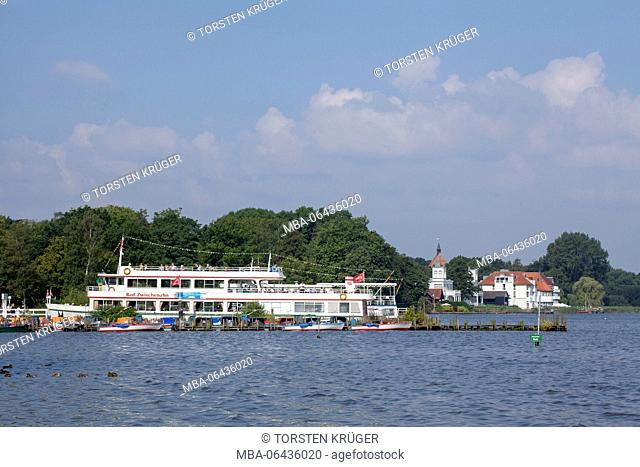 Germany, Lower Saxony, Bad Zwischenahn, lakefront, pier, pleasure boat