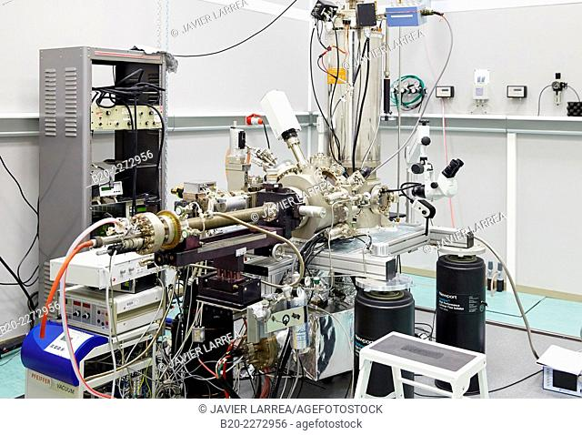 Scanning tunneling microscope to measure the electronic, mechanical and optical properties at the atomic scale. Cryogenic Vacuum. Nanotechnology