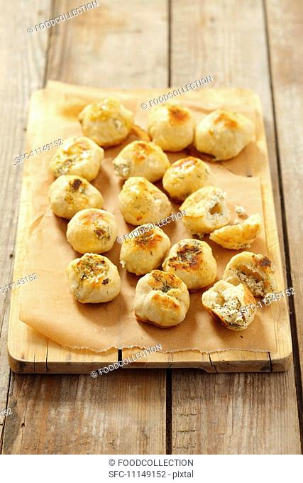 Mini bread rolls with herb cheese