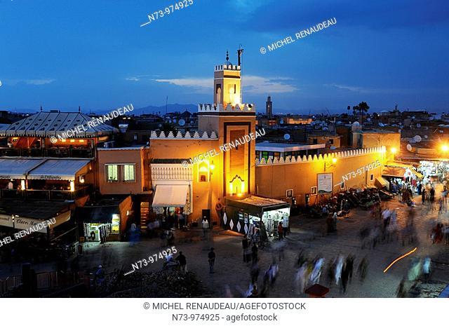 Maroc, Marrakech, medina, place Jemaa El Fna le soir, Mosquée Queessabine