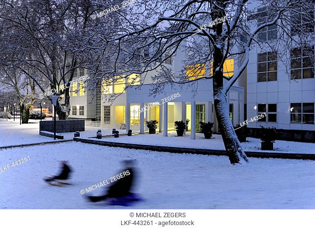 Tobogganing in wintertime, at back the Museum of Applied Arts by the architect Richard Meier, Sachsenhausen, Frankfurt am Main, Hesse, Germany