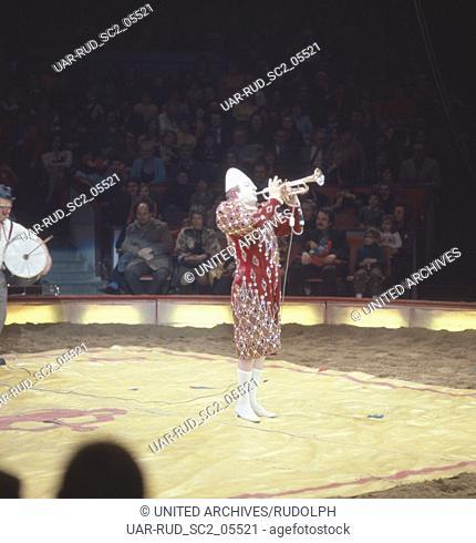 Zirkus Krone in München, 1981. Zirkusnummer des Weiss-Clowns. Performance in Circus Krone in Munich, 1981. Whiteface Clown circus act