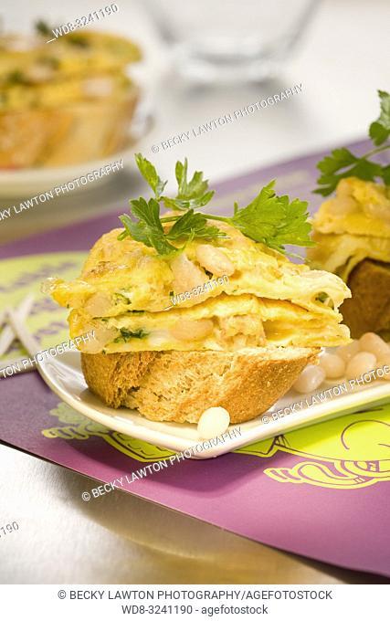 montadito de tortilla a la catalana con butifarra blanca y judias blancas