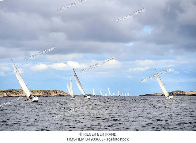 Sweden, Vastra Gotaland, Vaderoarna (weather islands) off Fjallbacka, sailing regatta
