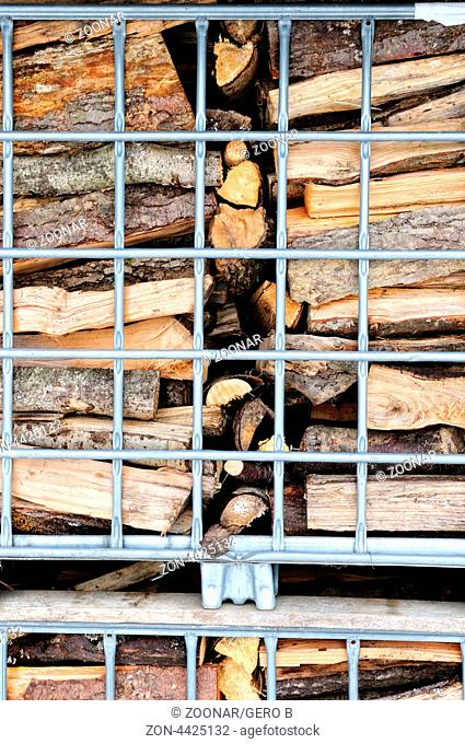 Gitterpaletten mit Brennholz, mesh boxes with firewood