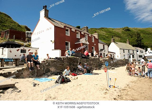 Ty Coch Inn pub on the beach at Porth Dinllaen, Lleyn Peninsula, North Wales UK