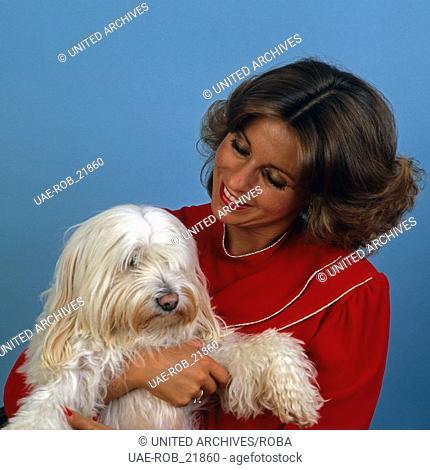 Die deutsch britische Schlagersängerin Ireen Sheer mit ihrem Hund, Deutschland 1980er Jahre. German British schlager singer Ireen Sheer with her dog
