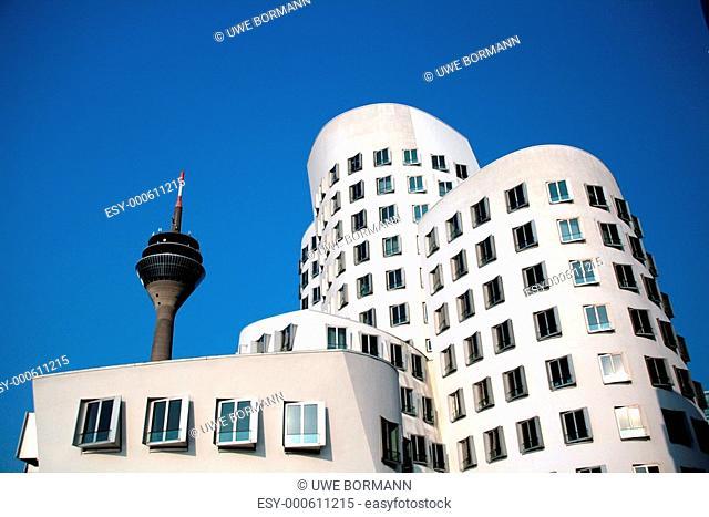 Gehry-Haus mit Rheinturm