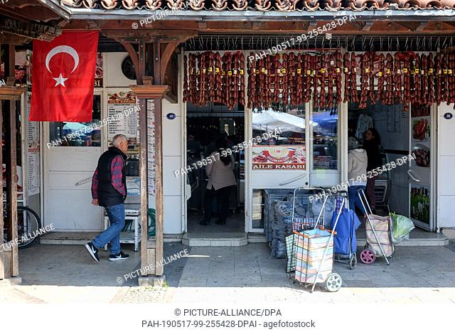 20 April 2019, Turkey, Selcuk: The entrance to a butcher's shop with Turkish flag and sausage plaits. Photo: Jens Kalaene/dpa-Zentralbild/ZB