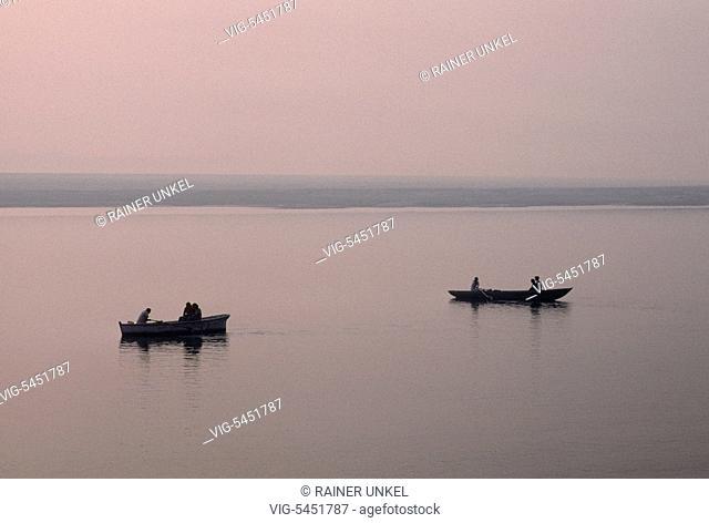 IND , INDIA : Fishermen on Ganges river in Varanasi / Benares , January 1990 - Varanasi , Benares, Uttar Pradesh, India, 18/01/1990