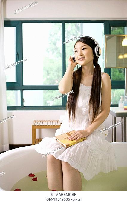 Young woman wearing the headphone and enjoying herself