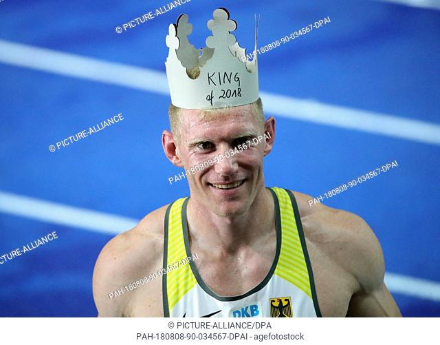 08.08.2018, Berlin: Athletics, European Championships in the Olympic Stadium: Decathlon, 1500 m, Men, Arthur Abele from Germany celebrates gold with a cardboard...