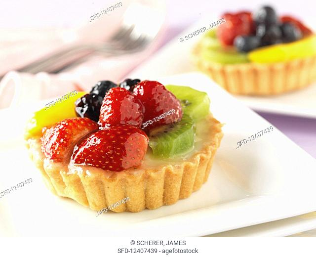 Fruit tarts with strawberry and kiwi