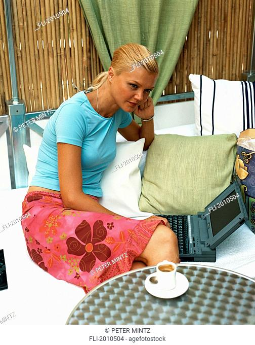 Fv4028, Peter Mintz; Woman Having Coffee With Laptop
