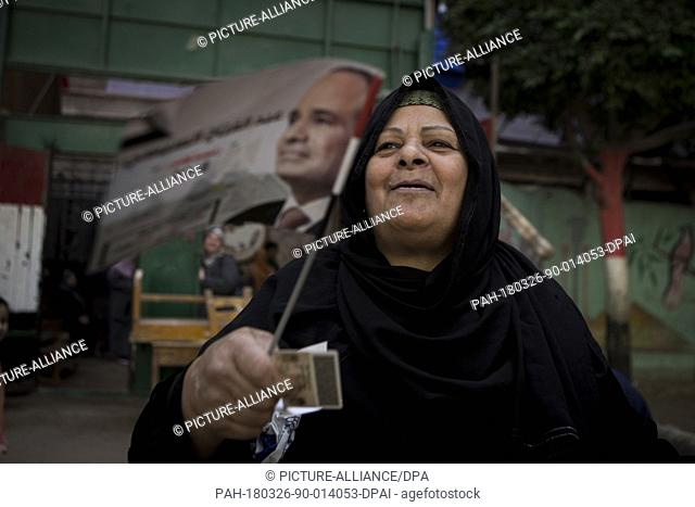 dpatop - A woman holds her ID before casting her vote on the first day of the 2018 Egyptian presidential elections, at a polling station, in Cairo, Egypt