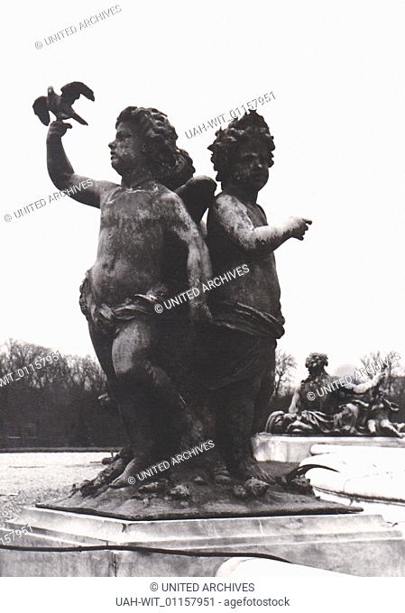 Im Park von Schloß Versailles. Die Statuengruppe zeigt Putten mit einer Friedenstaube