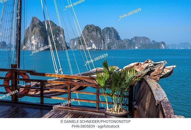 Vietnam, Ha Long Bay, cruise boat (UNESCO World Heritage)