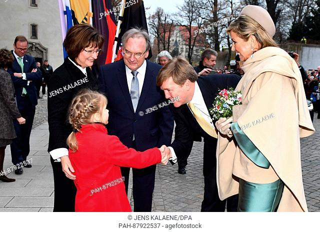 König Willem-Alexander (2.v.r.) und Königin Maxima der Niederlande (r) werden am 09.02.2017 in Wittenberg (Sachsen-Anhalt) vor der Schloßlirche von Blumenkind...