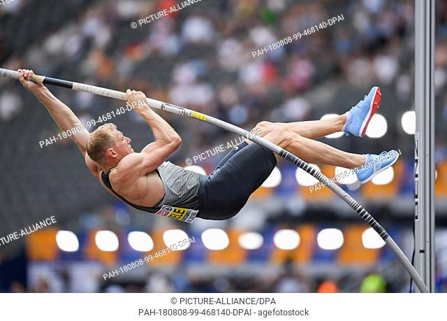08.08.2018, Berlin: Athletics: European Championships in the Olympic Stadium: Decathlon, Men: Arthur Abele from Germany aborts an attempt at pole vault