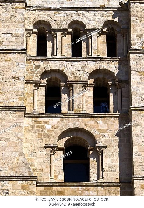 Detalle de los ventanales de la torre campanario en la catedral del Salvador de Zamora, de estilo románico, siglos XII y XIII - Castilla y León - España