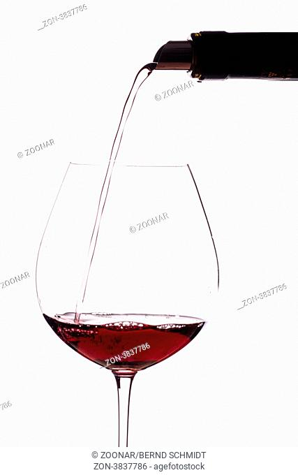 Roten Wein aus Burgund in ein Weinglas einschenken