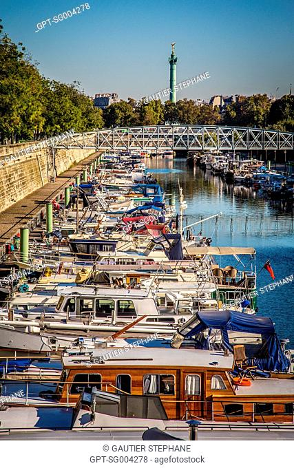 PORT DE L'ARSENAL OR PORT OF THE BASTILLE ON THE SAINT-MARTIN CANAL WITH THE JULY COLUMN ON THE PLACE DE LA BASTILLE IN THE BACKGROUND, PARIS (75), FRANCE