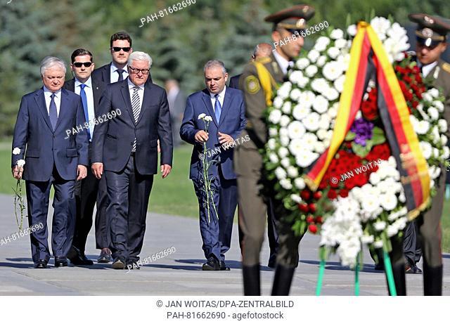 German Foreign Minister Frank-Walter Steinmeier (SPD, C), the Armenian Foreign Minister Eduard Nalbandyan and Hayk Demoyan, head of the memorial
