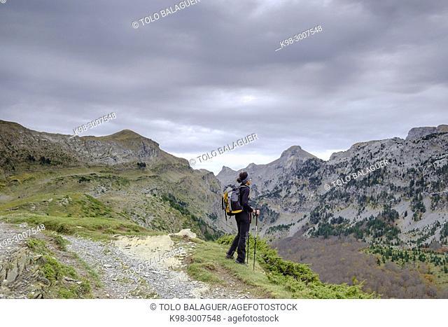 escursionista frente al barranco de Petrachema, Linza, Parque natural de los Valles Occidentales, Huesca, cordillera de los pirineos, Spain, Europe