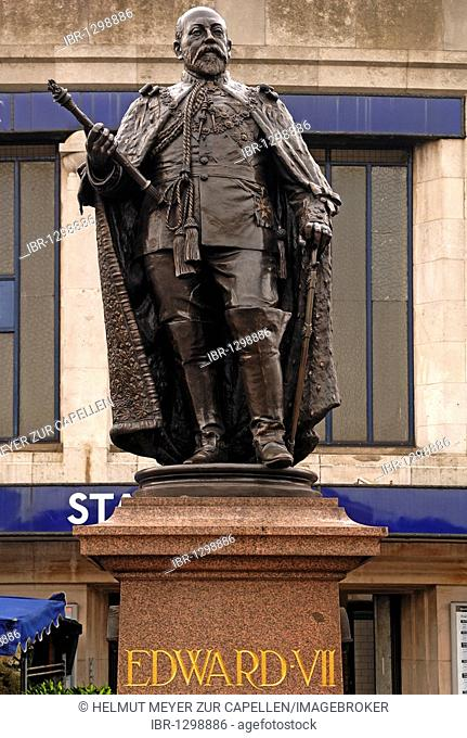 Statue of King Edward VII, 1841-1910, in the subway station Tooting Broadway, Tooting, London, England, United Kingdom, Europe