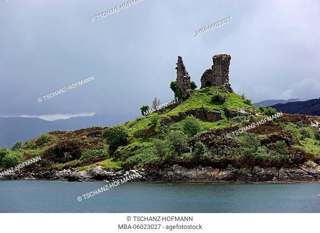 Scotland, the Inner Hebrides, Isle of Skye, Kyleakin village, ruins of Castles Moi