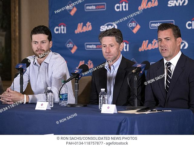 New York Mets starting pitcher Jacob deGrom (48), left, Mets COO Jeff Wilpon, center, and Executive Vice President and General Manager Brodie Van Wagenen, right
