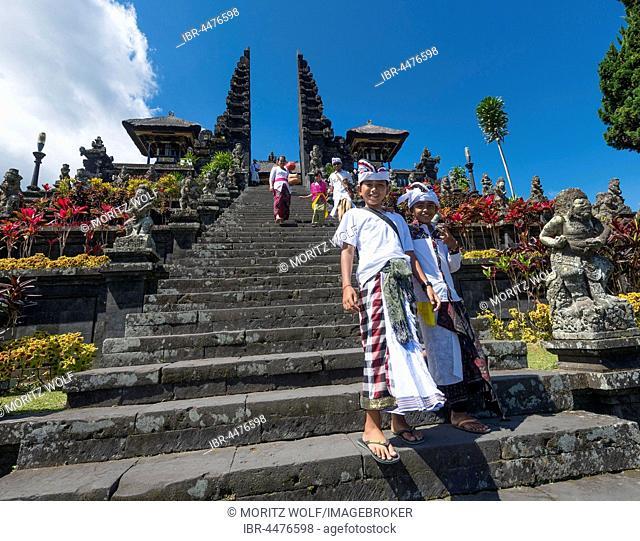 Devout Balinese descend stairs, split gate, Candi bentar, mother temple Besakih, Pura Agung Besakih Penetaran, Banjar Besakih, Bali, Indonesia