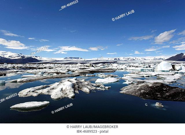 Small icebergs in glacial lake, glacier lagoon Jökulsárlón, in the back glacier Vatnajökull, South Iceland, Iceland