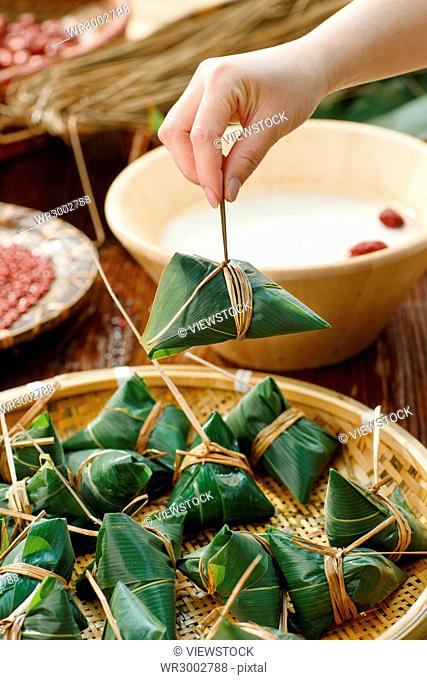 Middle-aged women are making zongzi