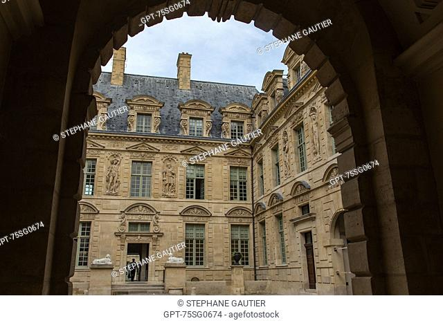THE HOTEL DE SULLY IS A PRIVATE LOUIS XIII-STYLE TOWN MANSION IN THE MARAIS QUARTER, IT HOUSES THE CENTRE FOR NATIONAL MONUMENTS, 4TH ARRONDISSEMENT, PARIS (75)