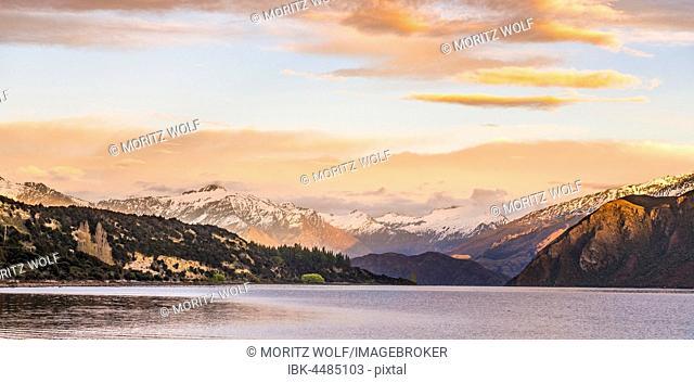 Sunrise, mountains with snow on Wanaka Lake, Rocky Peak, Glendhu Bay, Otago, Southland, New Zealand