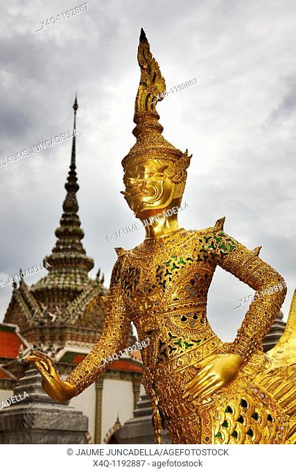 Tahilandia. guard at the royal palace in bangkok